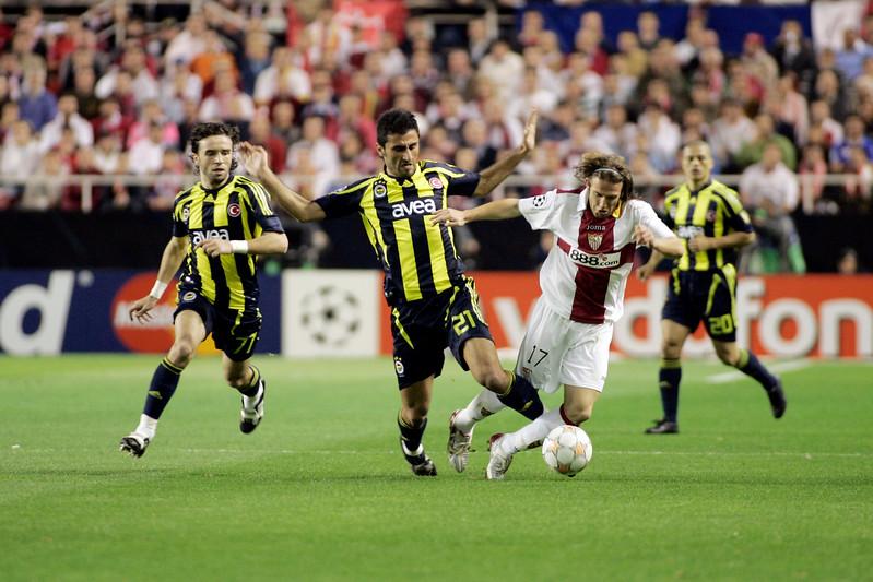 Selçuk Şahin (Fenerbahçe) committing foul on Diego Capel (Sevilla). UEFA Champions League first knockout round game (second leg) between Sevilla FC (Seville, Spain) and Fenerbahce (Istambul, Turkey), Sanchez Pizjuan stadium, Seville, Spain, 04 March 2008.