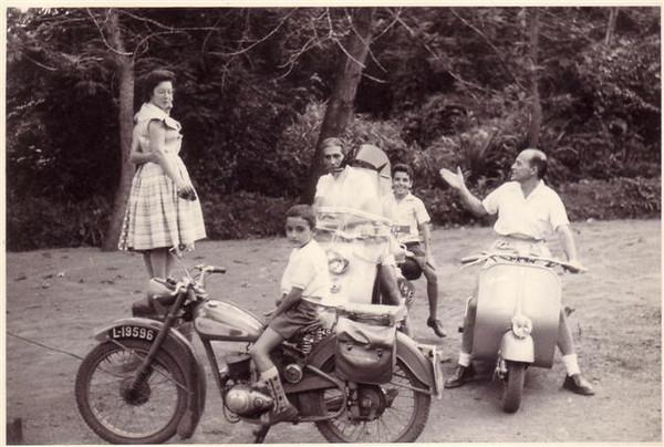 Na moto da direita está o Manuel Cristóvão irmão da D. Lurdes Sernadas...Na da frente o Micá Sernadas...Atrás , o Cortes e o  Zé Melim