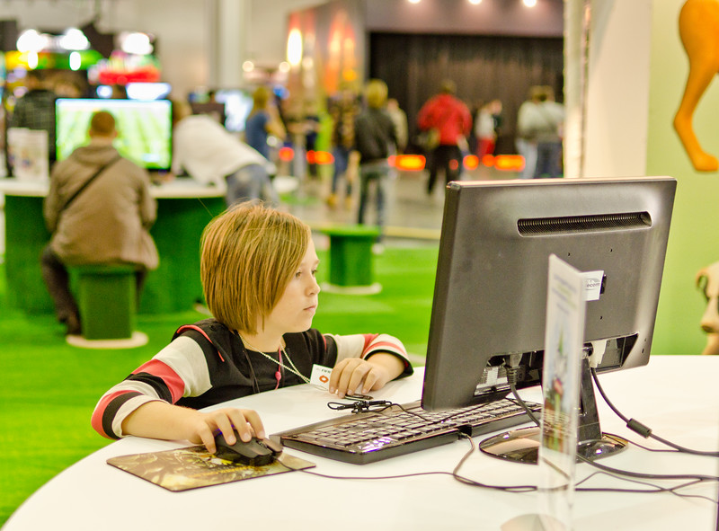 Girl playing The Sims 3 at Igromir 2011