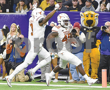 young-helps-texas-beat-missouri-3316-in-texas-bowl
