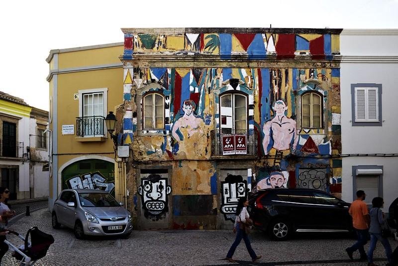 Pouliční umění na jednom chátrajícím domě ve Faru