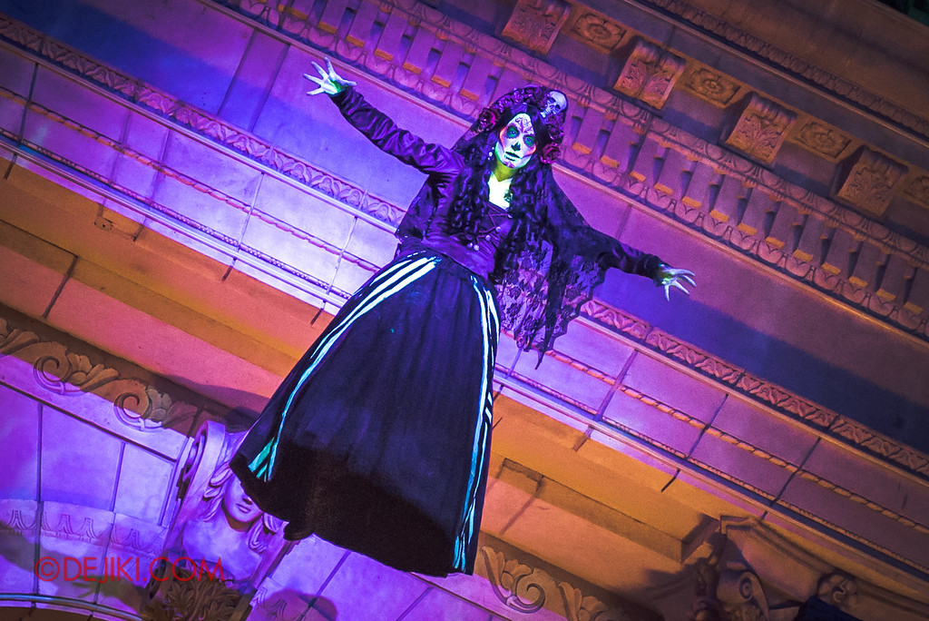 Halloween Horror Nights 6 - March of the Dead scare zone / The Resurrection show - Lady Death in the Air