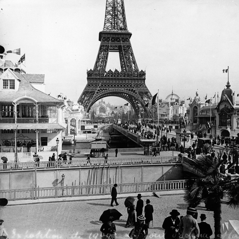 . 1900:  Visitors to the Paris Exhibition crossing the Iena Bridge with the Eiffel Tower in the background.  (Photo by London Stereoscopic Company/Getty Images)
