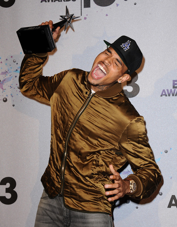. Chris Brown poses with the Fandemonium award  backstage at the BET Awards at the Nokia Theatre on Sunday, June 30, 2013, in Los Angeles. (Photo by Scott Kirkland/Invision/AP)