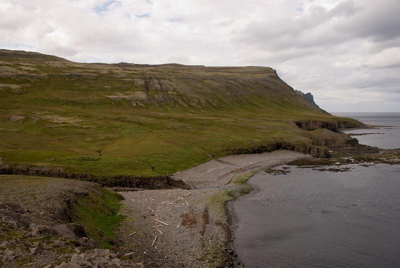 Horft yfir Hrollaugsvík, Látravík er hinum megin við Axarbjarg