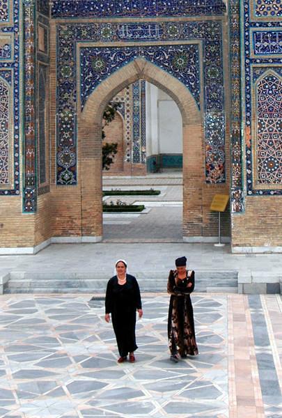 050425 3292 Uzbekistan - Samarkand - Gur Emir Mausoleum 2 women _D _E _H _N ~E ~P.JPG