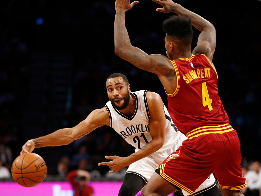 . Brooklyn Nets guard Wayne Ellington (21) passes around Cleveland Cavaliers guard Iman Shumpert (4) in an NBA basketball game, Wednesday, Jan. 20, 2016, in New York. (AP Photo/Kathy Willens)