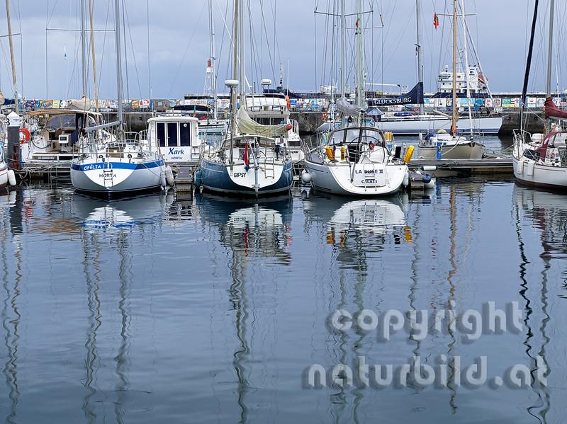 Segelboote spiegeln sich im Hafen, Marina von Horta, Faial, Azoren, Portugal