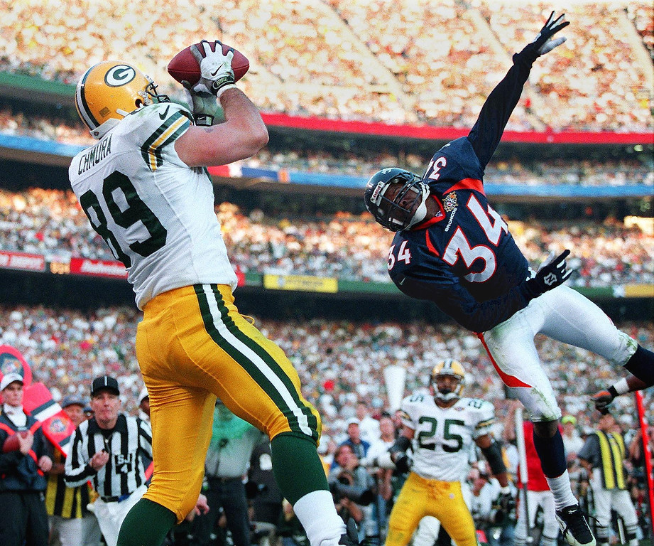 . Green Bay Packers tight end Mark Chmura (L) makes a touchdown catch as Denver Broncos defender Tyrone Braxton (R) tries to knock it down in the second quarter of Super Bowl XXXII at Qualcomm Stadium in San Diego.