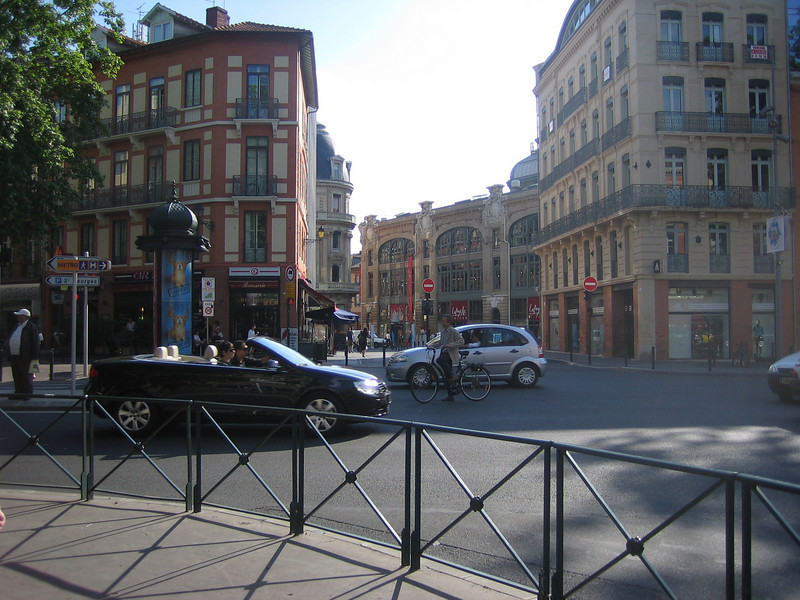 Toulouse was a cool city. It seemed that bikes could do no wrong in traffic. Even when they were doing something stupid.