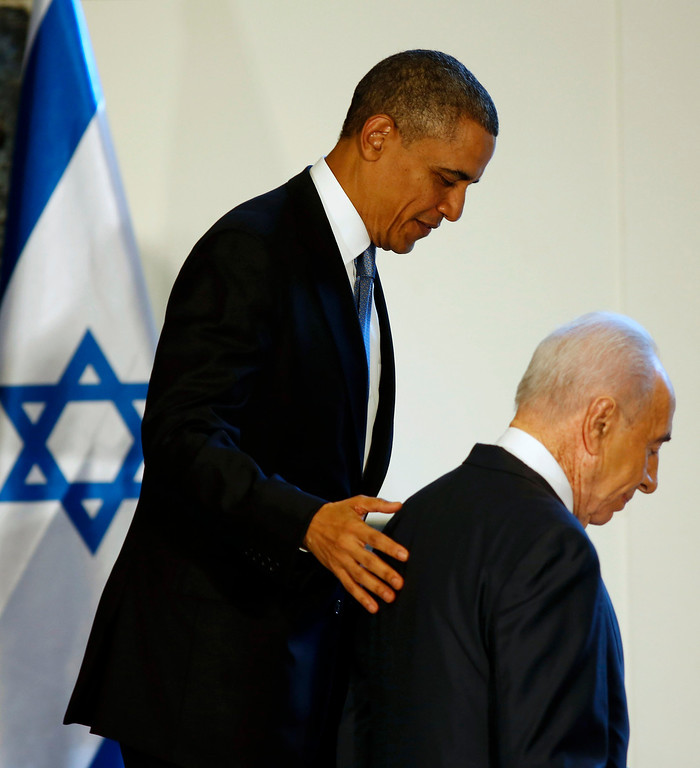 . U.S. President Barack Obama walks with Israel\'s President Shimon Peres (R) after signing a guest book in Jerusalem, March 20, 2013. REUTERS/Larry Downing