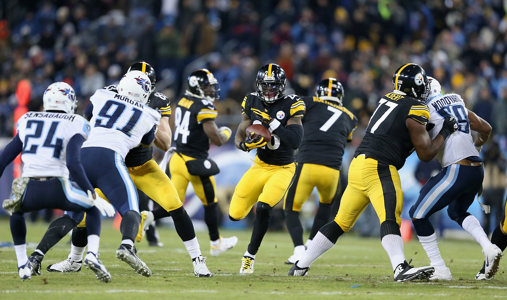 . NASHVILLE, TN - NOVEMBER 17:   Le\'Veon Bell #26 of the Pittsburgh Steelers runs the ball in the first half of the game against the Tennessee Titans at LP Field on November 17, 2014 in Nashville, Tennessee.  (Photo by Andy Lyons/Getty Images)