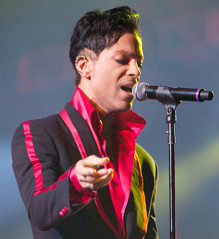 . US singer Prince (born Prince Rogers Nelson) performs in Yas Island on the final night of the Abu Dhabi Formula One Grand Prix, on November 14, 2010. Red Bull\'s German driver Sebastian Vettel won the race and the 2010 drivers\' world championship. AFP PHOTO/STR (AFP/Getty Images)