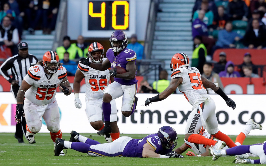 . Minnesota Vikings running back Jerick McKinnon (21), center, runs with the ball during the second half of an NFL football game against Cleveland Browns at Twickenham Stadium in London, Sunday Oct. 29, 2017. (AP Photo/Matt Dunham)