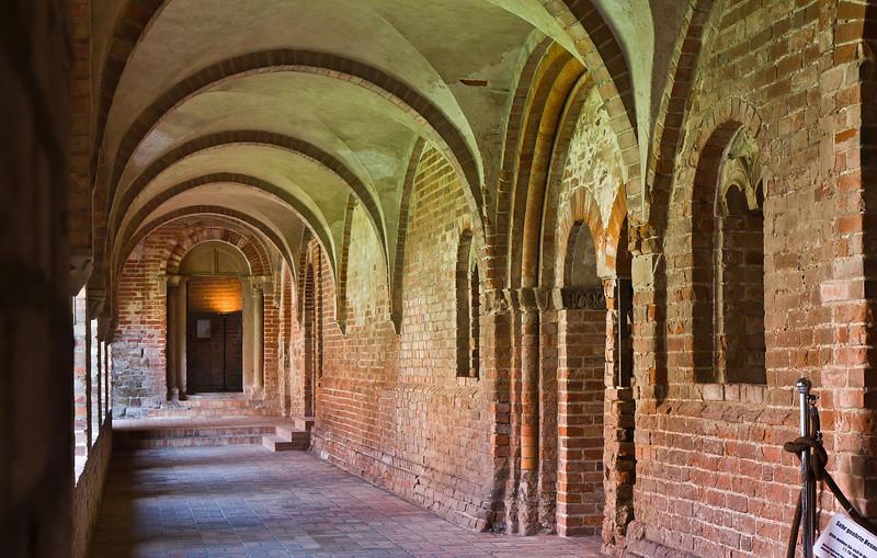 Jerichow, Stiftskirche: Blick durch nördl. Kreuzgang Richtung Kirchenportal