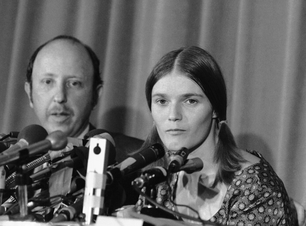 ". Alternatively relaxed and serious, Linda Kasabian answers questions during a press conference  in Los Angeles Wednesday, Aug. 20, 1970, at the end of 18 days of testimony as the state\'s star witness in the Sharon Tate murder case. She said she would like to see Charles Manson and three girl defendants ""fall down on their knees and seek forgiveness.\"" (AP Photo/David F. Smith)"