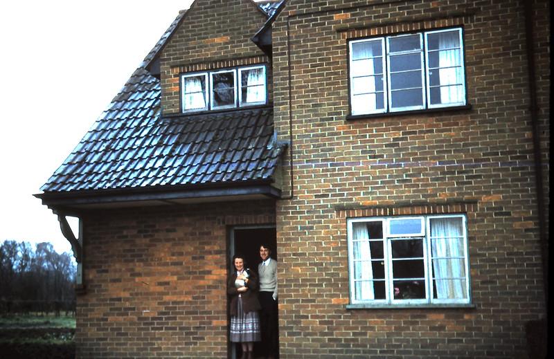 1959-3-14 Ivy & Mervyn @ their home, Foxham.JPG