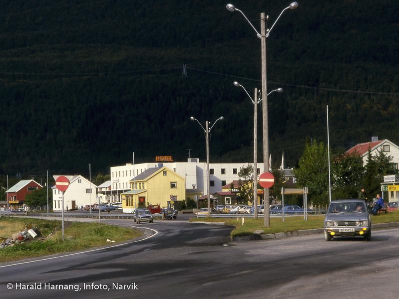 Kryss E6/E10 i Bjerkvik. Hotellet bak.