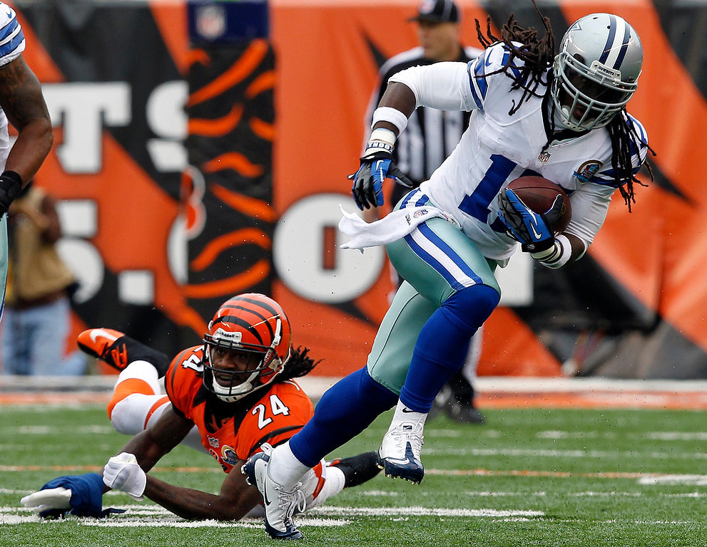 . Dallas Cowboys\' wide receiver Dwayne Harris (17) fights to break free from Cincinnati Bengals\' Adam Jones during the first half of play in their NFL football game at Paul Brown Stadium in Cincinnati, Ohio, December 9, 2012.        REUTERS/John Sommers II