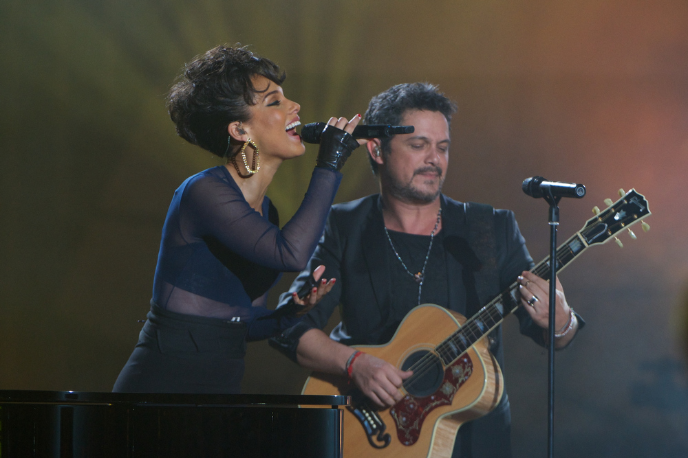 ". Alicia Keys and Alejandro Sanz perform on stage during ""40 Principales Awards\"" 2012 at Palacio de los Deportes on January 24, 2013 in Madrid, Spain.  (Photo by Carlos Alvarez/Getty Images)"