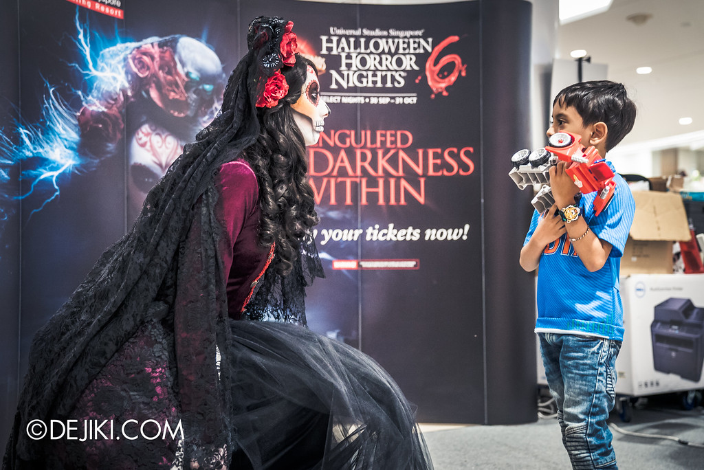 Universal Studios Singapore - Halloween Horror Nights 6 Before Dark Day Photo Report 3 - Scareactors at the Malls / Lady Death and boy