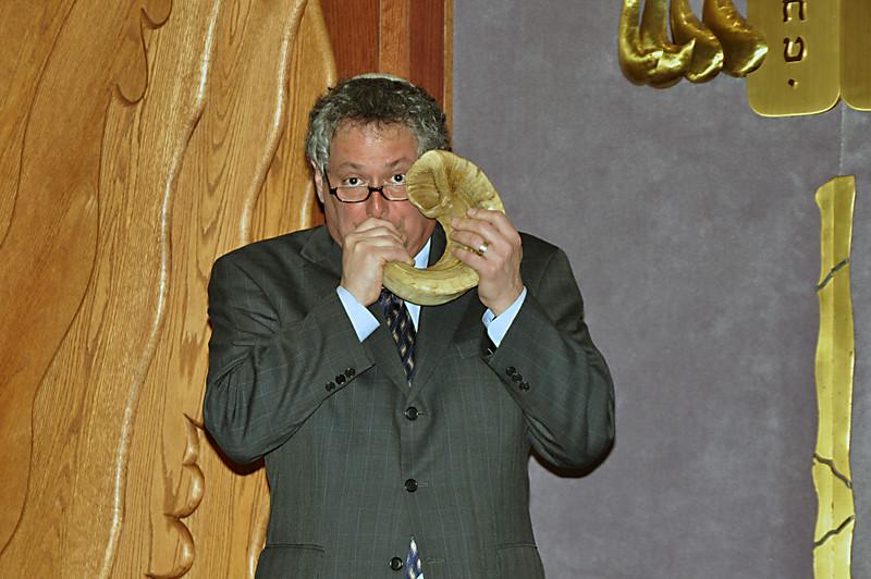 Rabbi Moline blows the shofar to end the evening's program (photo by Sam Backman)