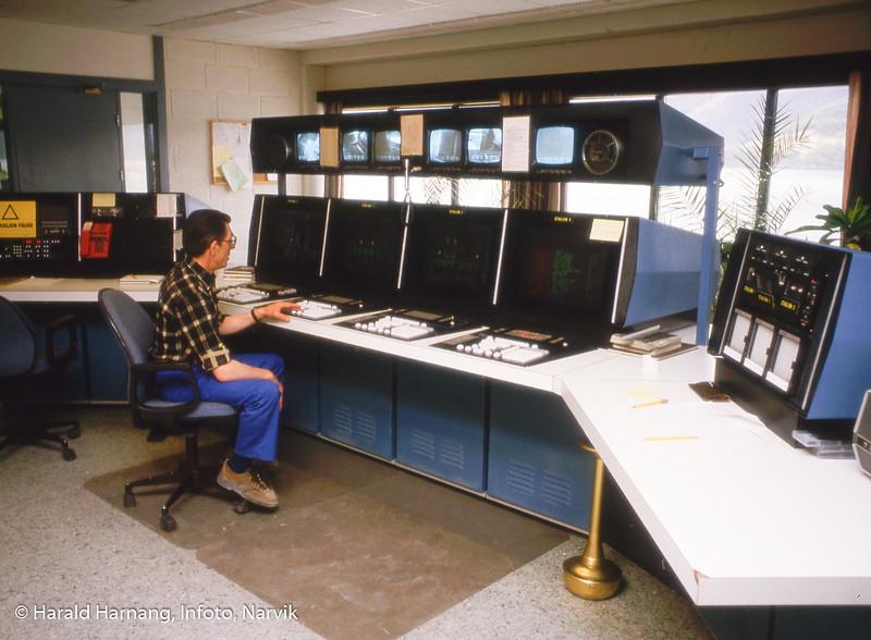 Bilde i serie fra Kjøpsvik i Tysfjord kommune. Norcem, styringspanel og person foran. Karstein Knutsen i kontrollrommet.