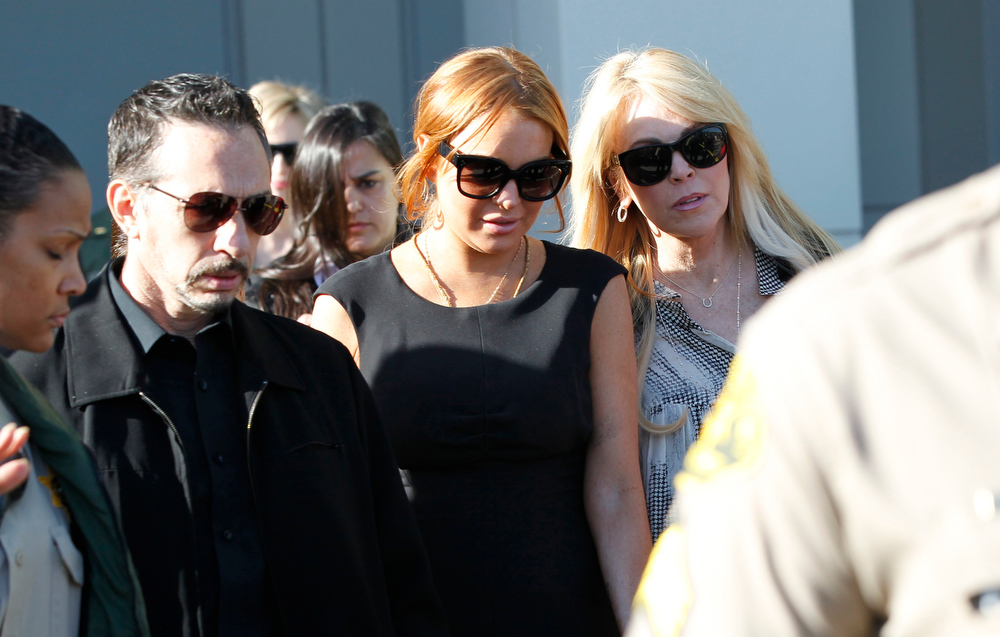 Description of . Actress Lindsay Lohan (C), with her mother Dina Lohan, leaves a probation violation hearing at Airport Branch Courthouse in Los Angeles, California January 30, 2013. REUTERS/Mario Anzuoni