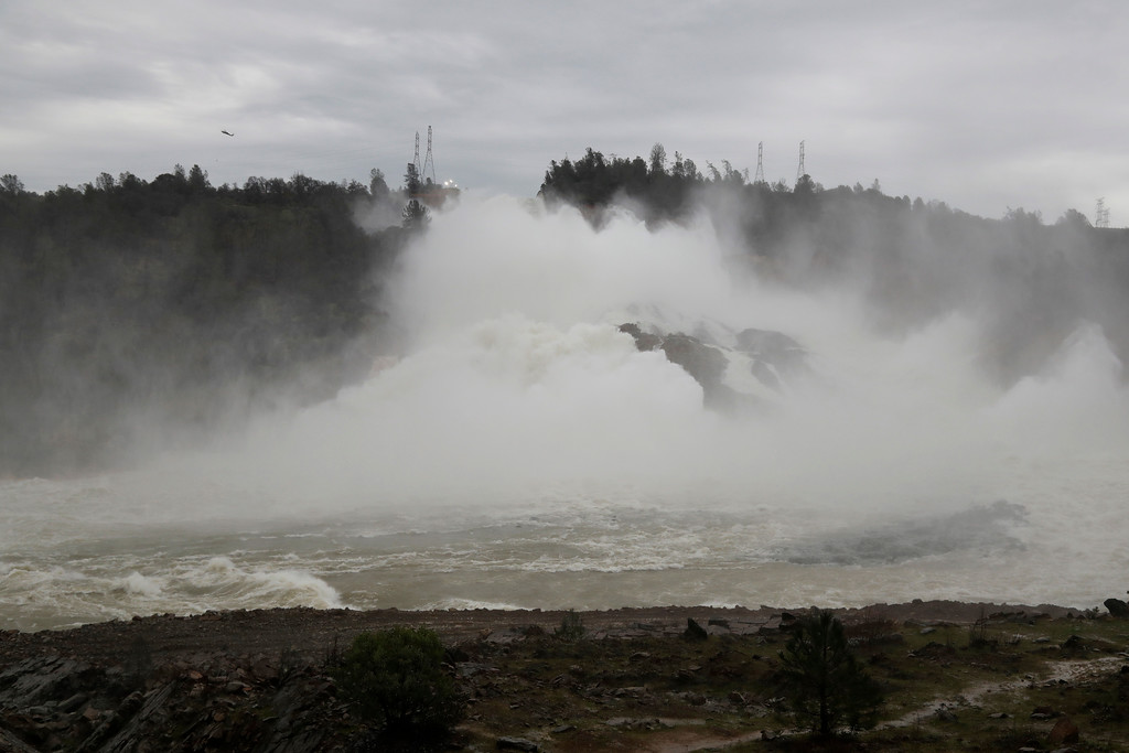 . Water gushes down the Oroville Dam\'s main spillway Wednesday, Feb. 15, 2017, in Oroville, Calif. The Oroville Reservoir is continuing to drain Wednesday as state water officials scrambled to reduce the lake\'s level ahead of impending storms. (AP Photo/Marcio Jose Sanchez)