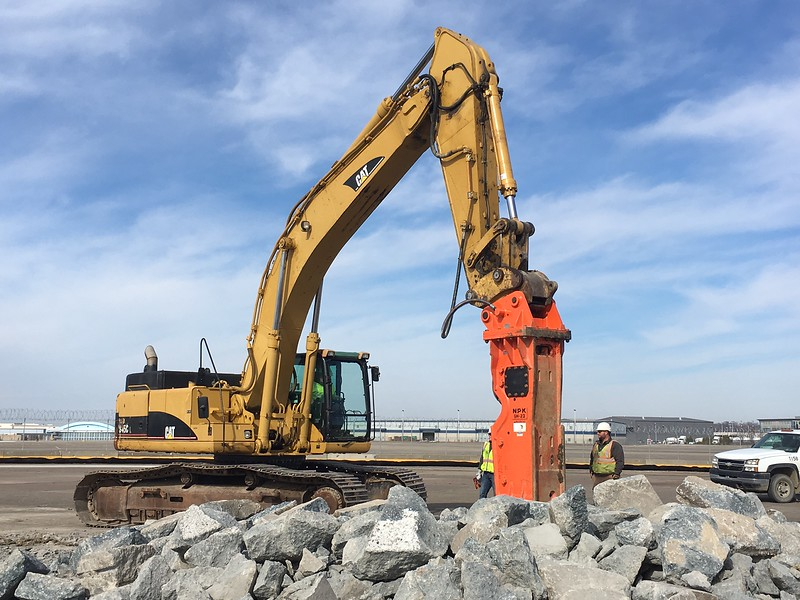 NPK GH23 hydraulic hammer on Cat 345C excavator - Golden Triangle, Pittsburgh International Airport - Mar 2018 (4).JPG