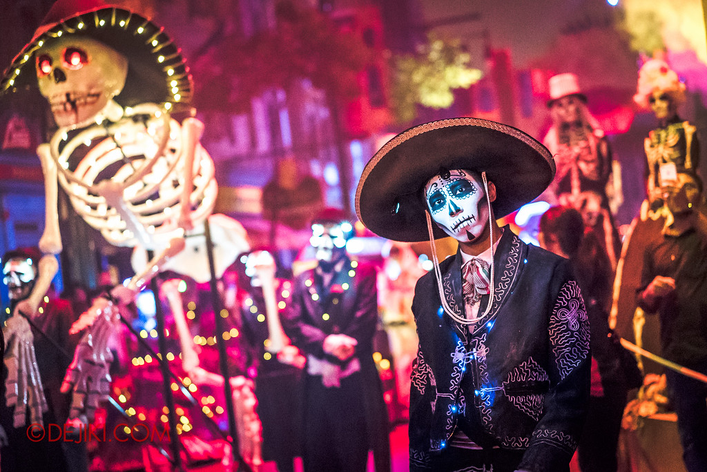 Halloween Horror Nights 6 - March of the Dead / Death March - The Band, drummer headtilt with skeleton red