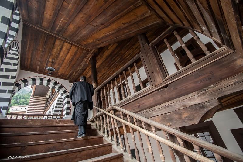 רילה נזיר עולה במדרגות.jpg