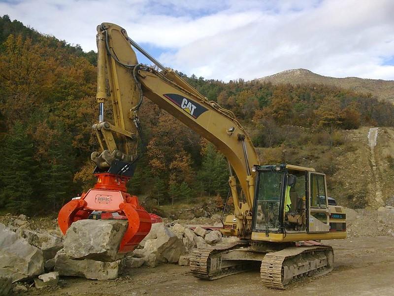 NPK DG-40 demo grab on Cat excavator.jpg