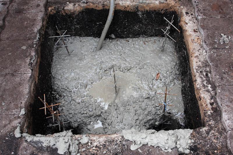 Nog 2 gaten te gaan, het beton wordt aangetrild met een gehuurde trilnaald