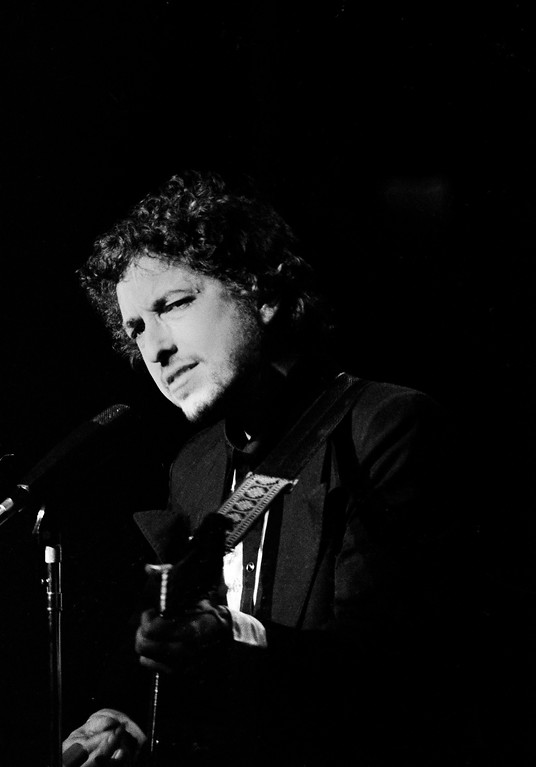 . Singer Bob Dylan and appears before a full house at Madison Square Garden in New York, Wednesday, Jan. 31, 1974. He is on tour with his back up group The Band. (AP Photo/Ray Stubblebine)