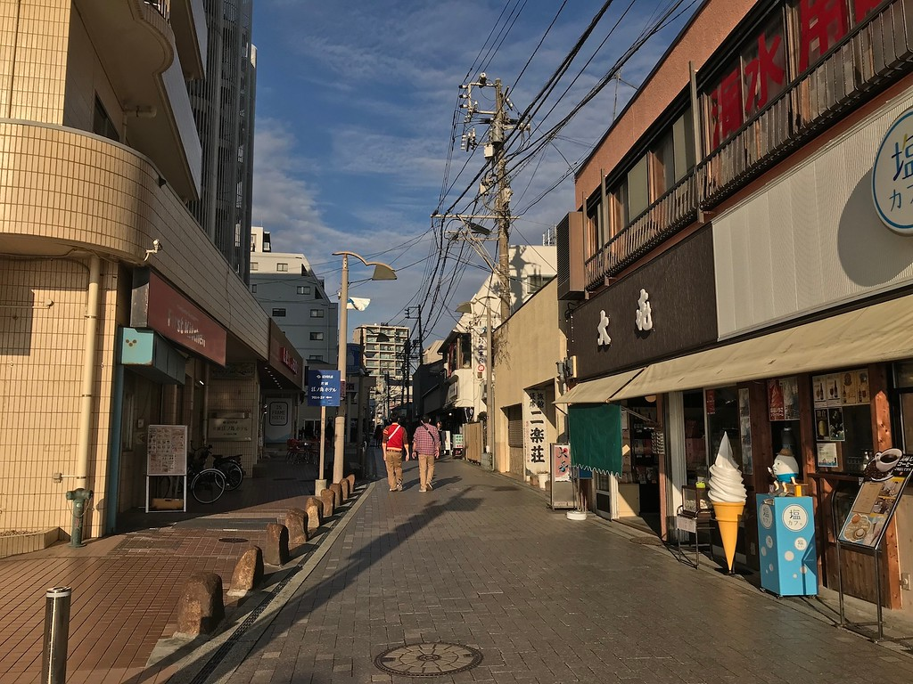A shopping street on the way to Enoshima Station.