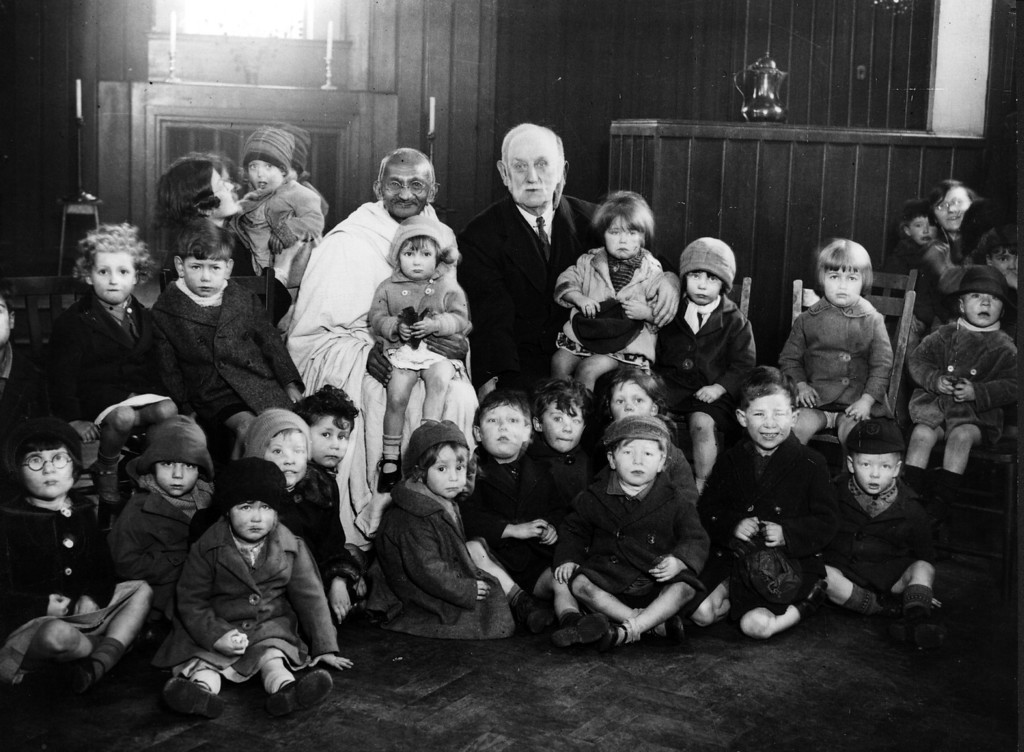 . Indian thinker, statesman and nationalist leader Mahatma Gandhi (Mohandas Karamchand Gandhi, 1869 - 1948), and George Lansbury (1859 - 1940) with a group of London children, 1931.  (Photo by Hulton Archive/Getty Images)