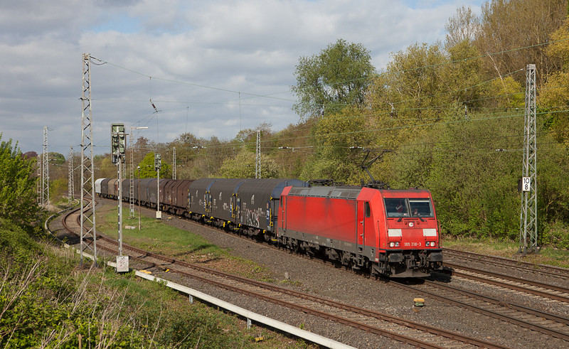 185 318 has a steel train in tow through Kohlscheid.