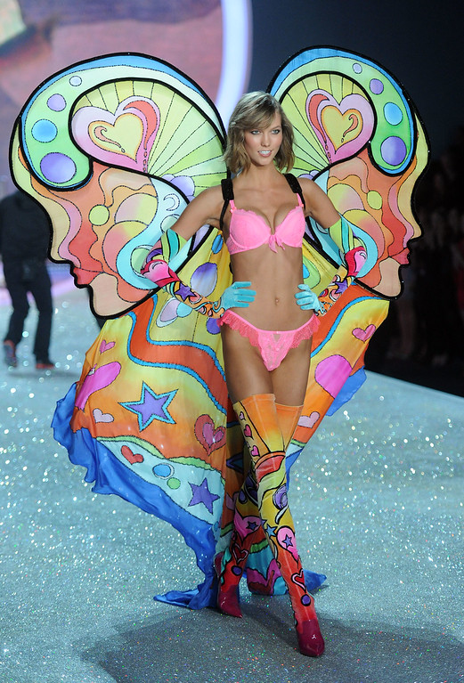 . Model Karlie Kloss walks the runway at the 2013 Victoria\'s Secret Fashion Show at Lexington Avenue Armory on November 13, 2013 in New York City.  (Photo by Jamie McCarthy/Getty Images)