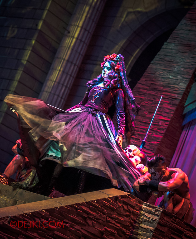 Halloween Horror Nights 6 - March of the Dead scare zone / The Resurrection show - Lady Death on stage, warriors kneel
