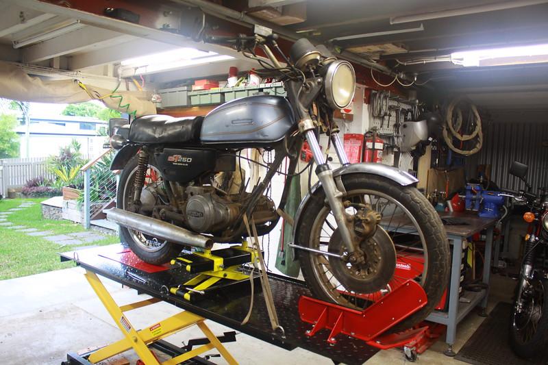 Suzuki GT250 1977 Cafe Racer As found 001.JPG