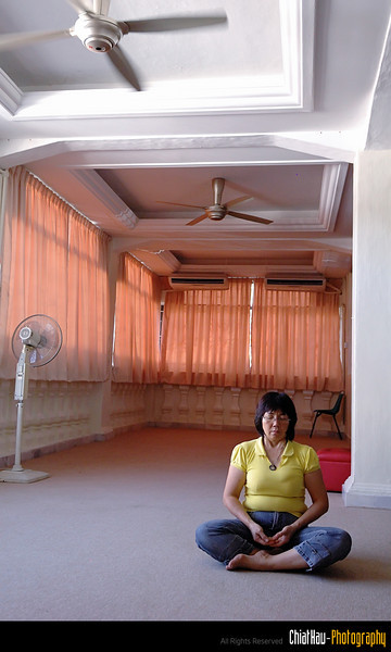 I found that one lady is meditating inside this room. She is really seriously concentrated.