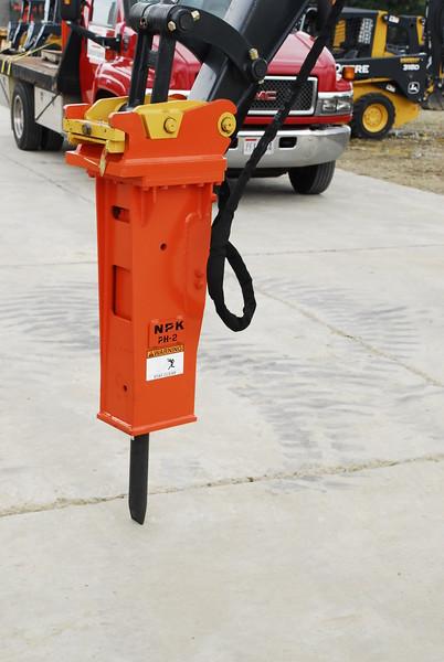 NPK PH2 hydraulic hammer with enviro bracket on Deere mini excavator (11).JPG