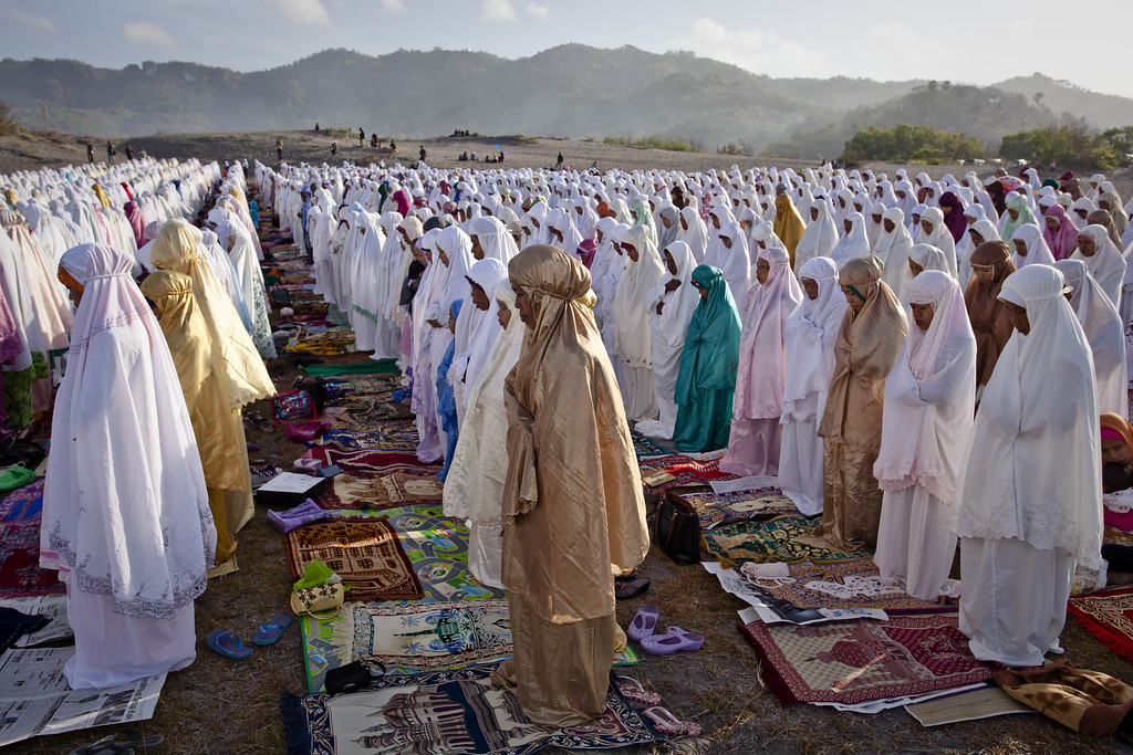 . Indonesian muslims perform Eid Al-Adha prayer at Parangkusumo beach on October 15, 2013 in Yogyakarta, Indonesia. (Photo by Ulet Ifansasti/Getty Images)