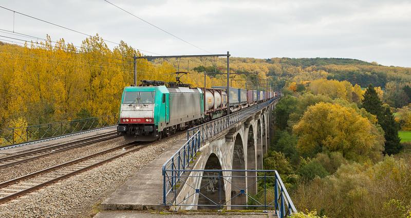 Railtraxx 2801 with the Frankfurt-Shuttle westbound in Remersdaal.