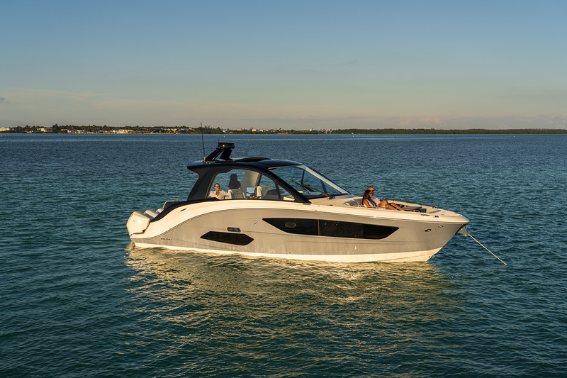 2021-Sundancer-370-Outboard-DAO370-lifestyle-starboard-bow-three-quarter-couple-friends-05798.jpg