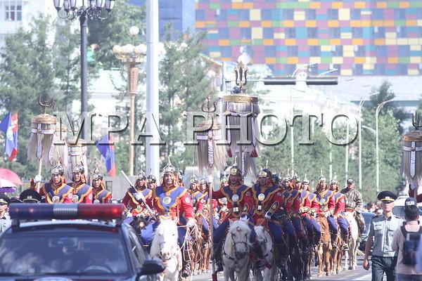 Монгол Улсын Төрийн тугийг Төрийн ордноос Төв цэнгэлдэх хүрээлэн рүү залах ёслол