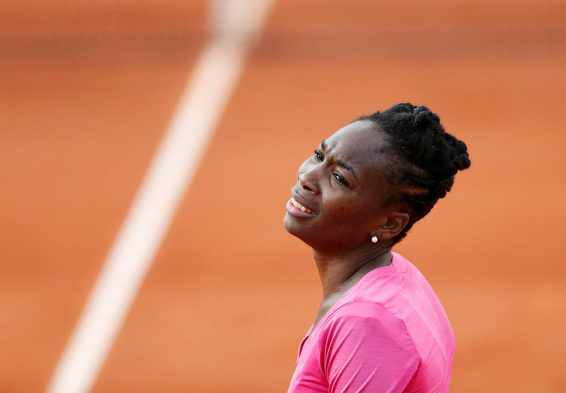 . Venus Williams of the U.S. reacts during her women\'s singles match against Urszula Radwanska of Poland at the French Open tennis tournament at the Roland Garros stadium in Paris May 26, 2013.   REUTERS/Vincent Kessler